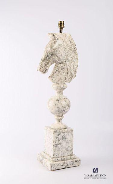 Pied de lampe en marbre figurant le cavalier...