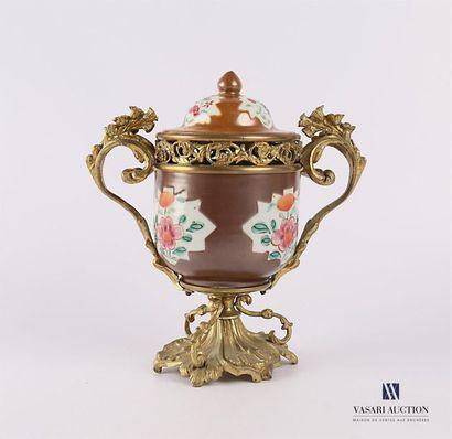 CHINE Pot couvert en porcelaine à décor polychrome...