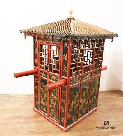 Palanquin de forme architecturée en bois...