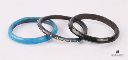 Trois bracelets en verre de différentes couleurs...