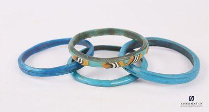 Quatre bracelets en verre de différentes...