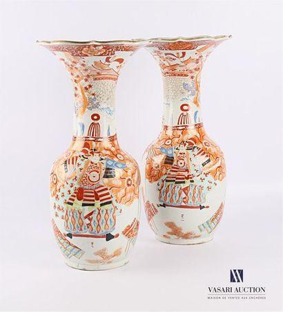 JAPON Paire de vases en porcelaine de forme...