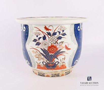 JAPON Cache-pot en porcelaine à décor polychrome...
