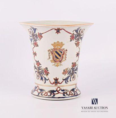 CHINE Vase en porcelaine à décor polychrome...