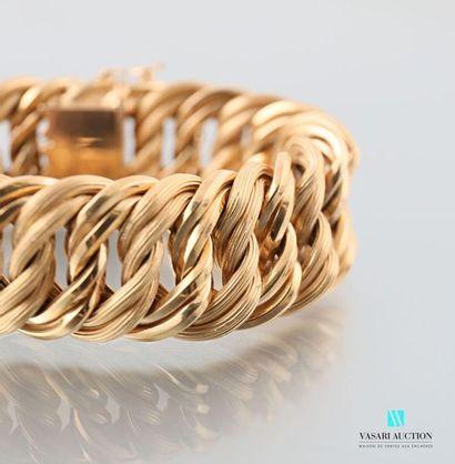 Bracelet en or jaune 750 millièmes, maille gourmette amatie, fermoir à cliquet et...