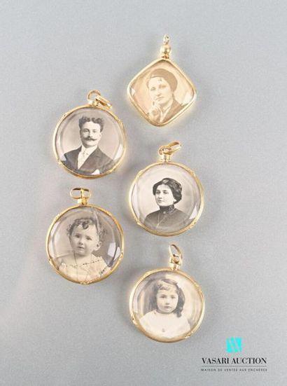 Quatre pendentifs ronds porte-photos en or...