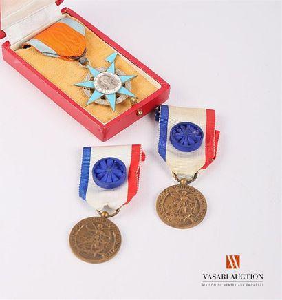 Lot comprenant trois pièces : Ordre du mérite...