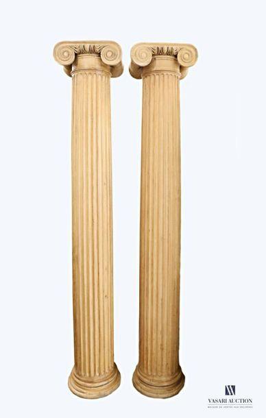 Paire de colonnes ioniques en bois mouluré...