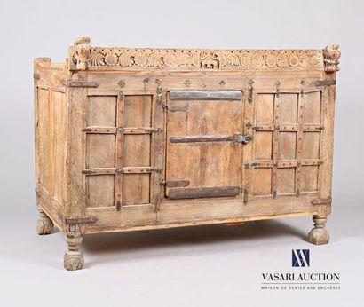 PAKISTAN  Coffre en bois naturel sculpté,...