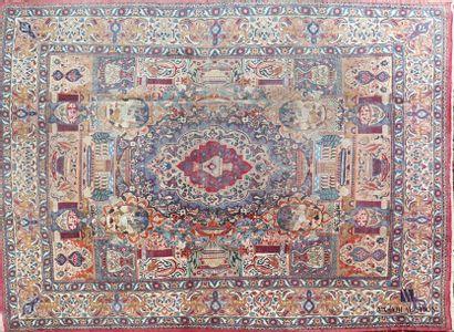 KASHMAR  Tapis en laine à décor d'un médaillon...