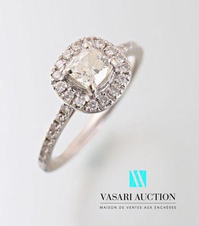 Bague en or blanc sertie au centre d'un diamant...