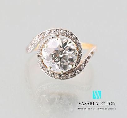 Bague tourbillon en or 750 millièmes sertie d'un diamant demi taille d'environ 2,90...