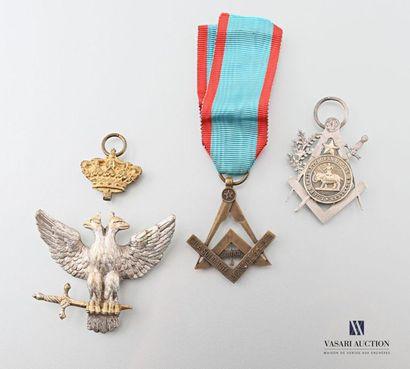 Ensemble de trois bijoux maçonniques comprenant...