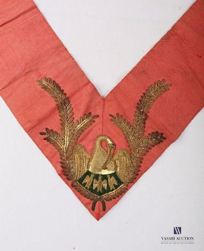 Sautoir de Chevalier rose Croix en soir rouge...