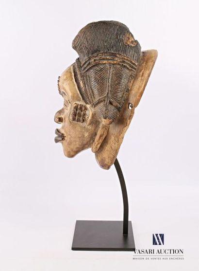 PUNU - GABON Masque féminin blanc en bois polychrome patiné et pigmenté, la coiffe...