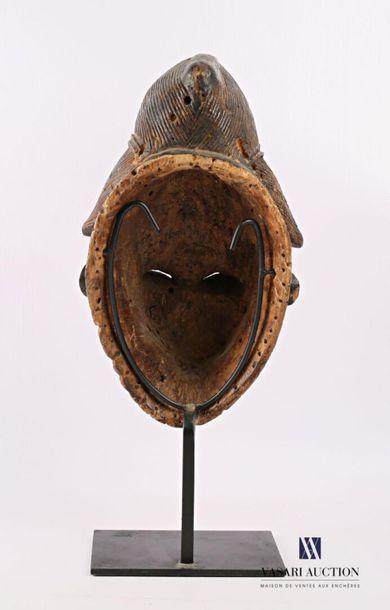 PUNU - GABON Masque féminin blanc en bois sculpté patiné et pigmenté, la coiffe...