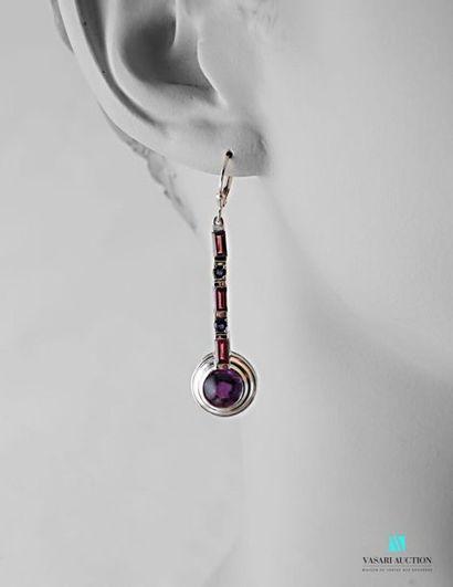 Paire de pendants d'oreilles en argent ornés...