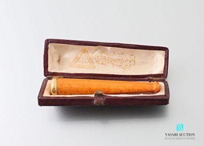 Fume cigarette en ambre orné d'une bague...