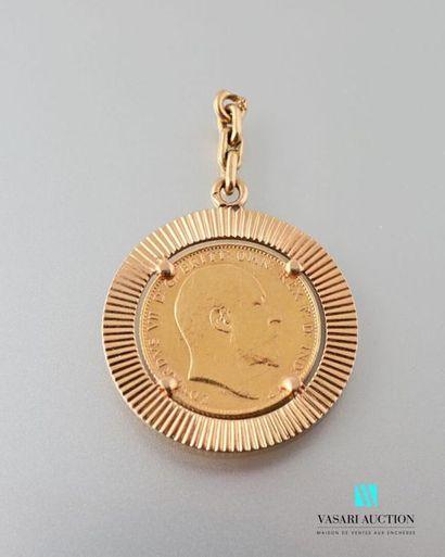 Un pendentif rond en or jaune 750 millièmes...