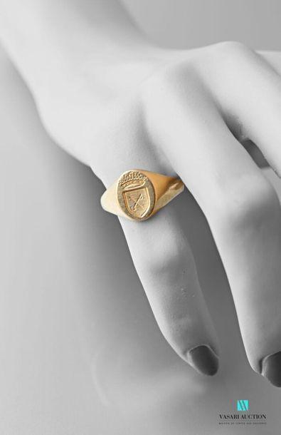 Chevalière en or jaune 750 millièmes armoriée...