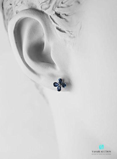 Paire de boucles d'oreilles de forme fleurs...