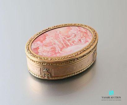 Boîte ovale en or de trois tons de style Louis XVI, à décor de pots à feu et colombes,...