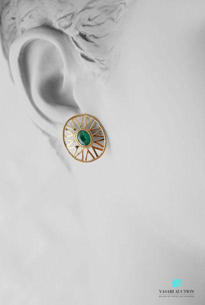 Paire de boucles d'oreilles ovales en or...