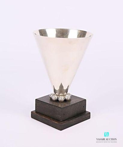 Coupe de forme conique en argent uni posant...