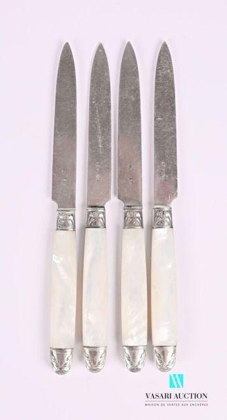 Suite de quatre couteaux, les manches en...
