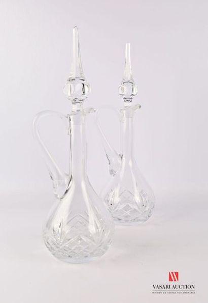 Paire de carafes en cristal moulé à décor...