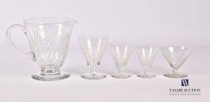 Service de verres en cristal à décor de pointes...