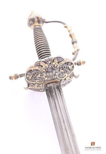 Épée, garde acier doré à une branche principale...