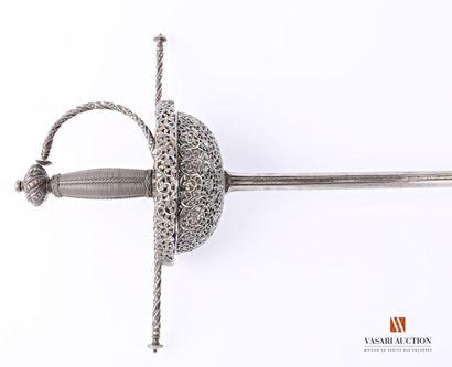 Épée dite à tazza, monture entièrement ciselée,...