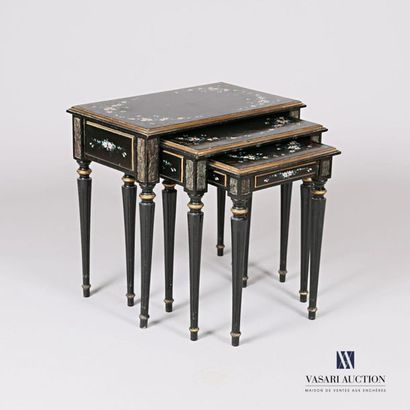 Suite de trois tables gigognes en bois mouluré...