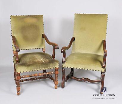 Deux fauteuils en bois naturel, le premier...