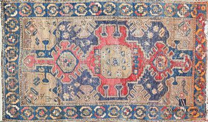 IRAN Tapis en laine à décor d'un médaillon...