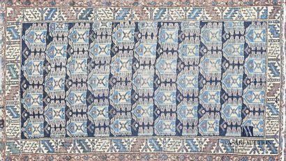 Tapis en laine à décor de rangées d'hexagones...