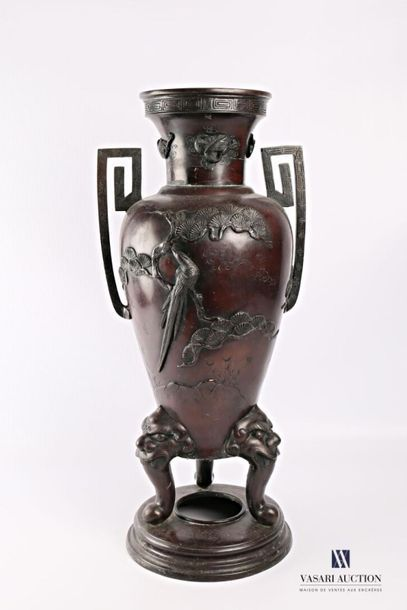 JAPON Important vase en bronze à décor tournant...