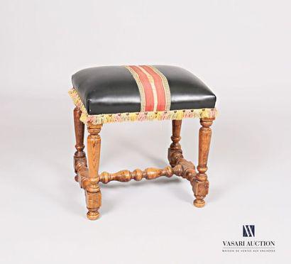 Tabouret en bois naturel mouluré, l'assise...
