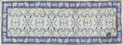 Galerie en laine à décor de branchages feuillagés...