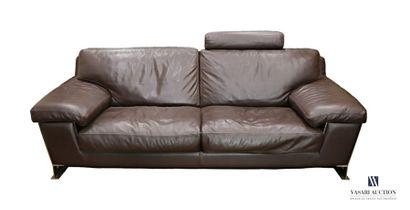 Canapé deux places en cuir, le dossier présente...