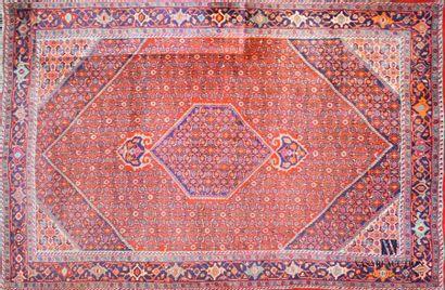 Tapis en laine à décor d'un médaillon hexagonal...