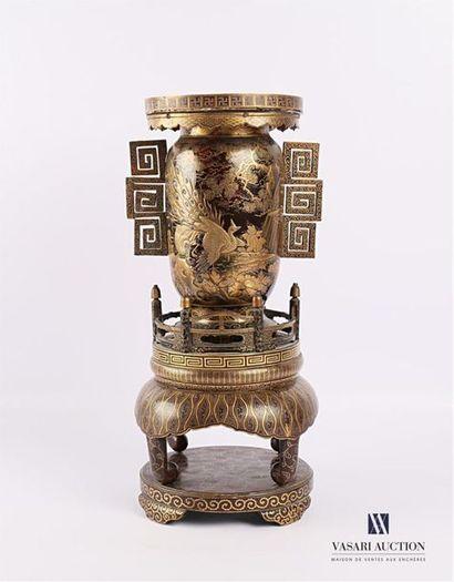 JAPON Vase en écaille à décor, en takamaki-e...
