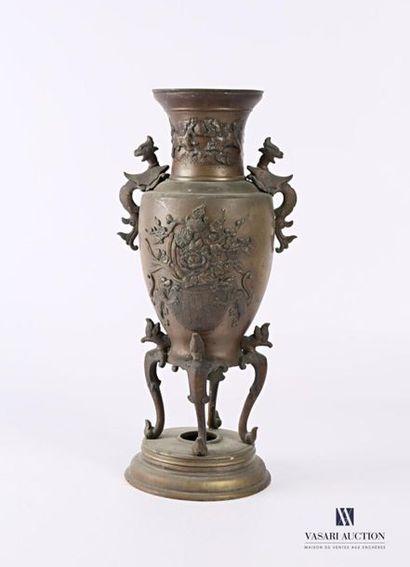 JAPON Vase en bronze de forme balustre présentant...