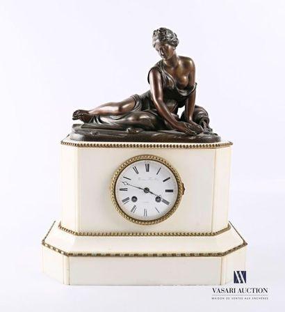 Pendule en marbre blanc, le cadran de forme...