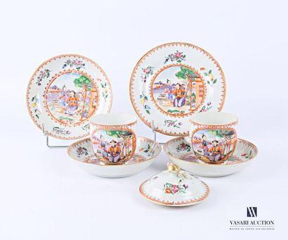 CHINE Lot en porcelaine blanche à décor polychrome...