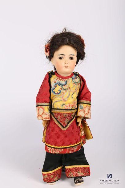 Poupée de type asiatique, avec tête en biscuit,...