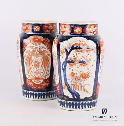 JAPON Paire de vases en porcelaine à décor...