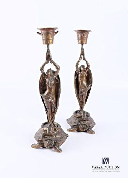 Paire de bougeoirs en bronze, la base figurant...