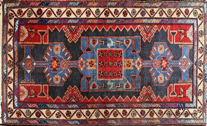 IRAN Tapis en laine à décor de motifs en...
